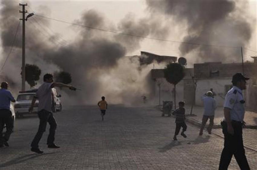 Fumo per le strade del villaggio turco di Akcakale colpito ieri da bombe lanciate dal confine siriano
