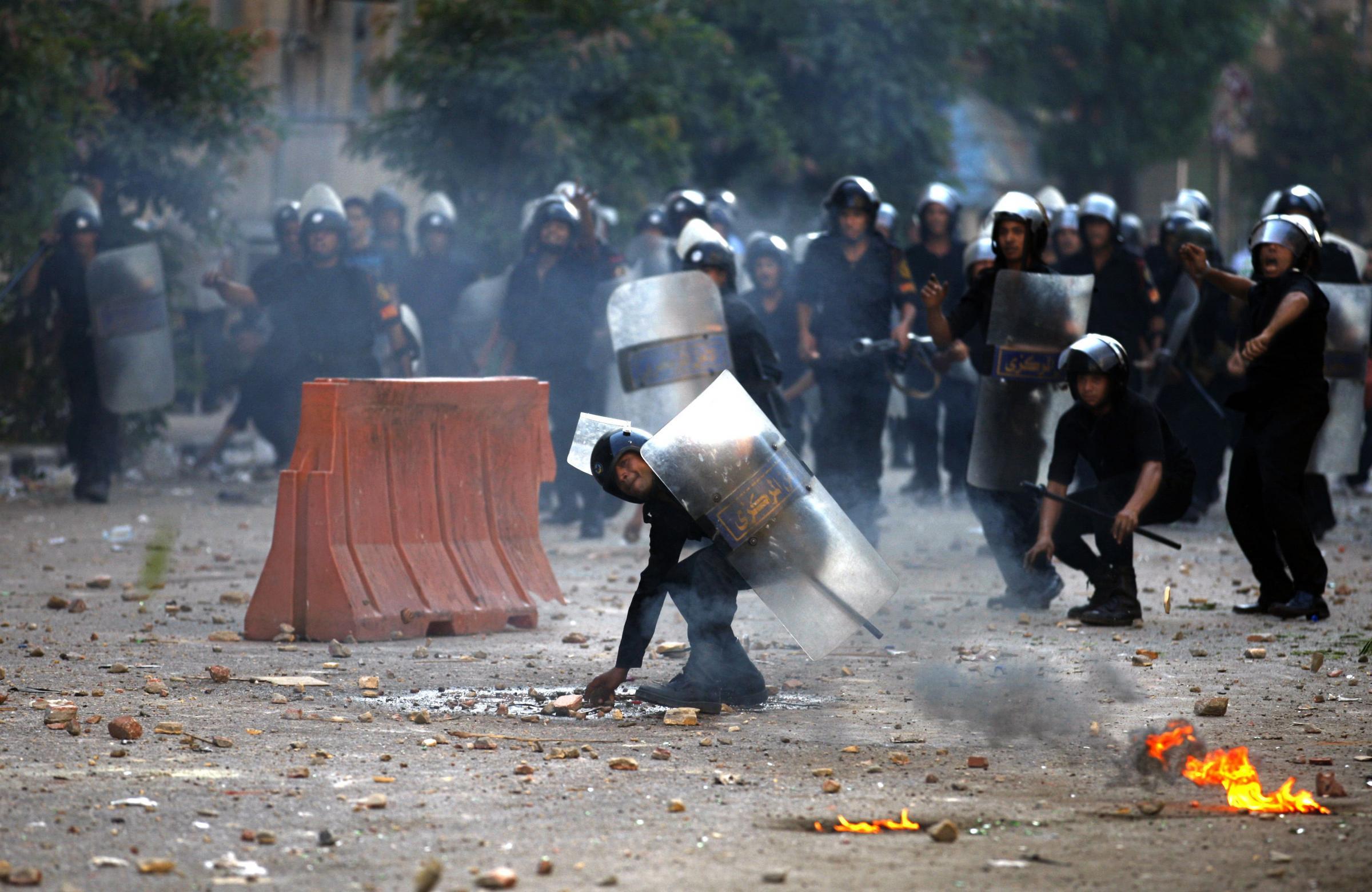 Egitto: continuano gli scontri al Cairo, centinaia di feriti