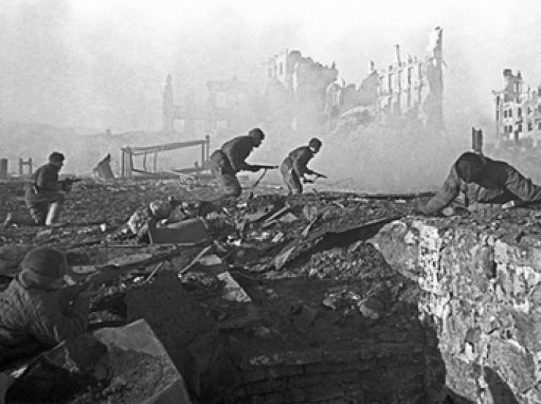 stalingrad-soldiers-building-soviet.n