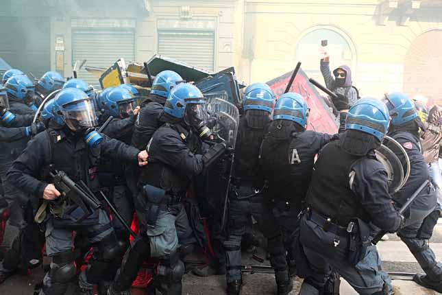 Milano, corteo studenti e scontri con la polizia